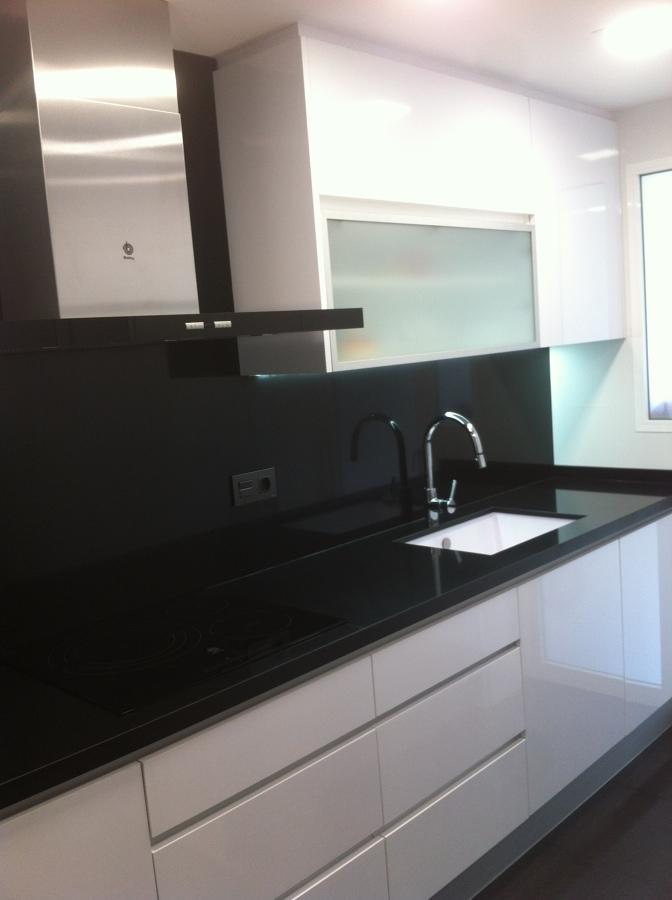 Foto cocina blanca con la decoracion cristal mate y - Cocina blanca mate ...