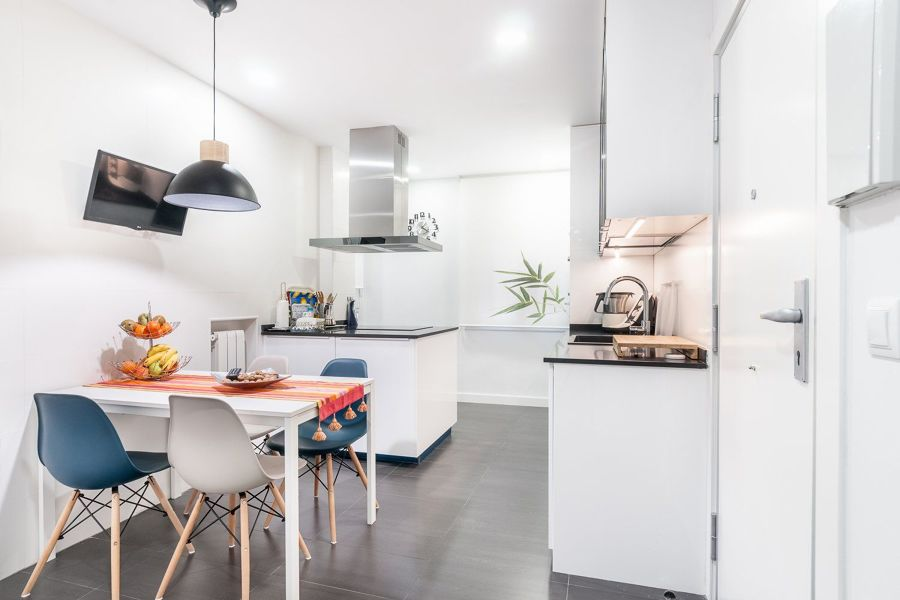 Cocina blanca con suelo laminado gris