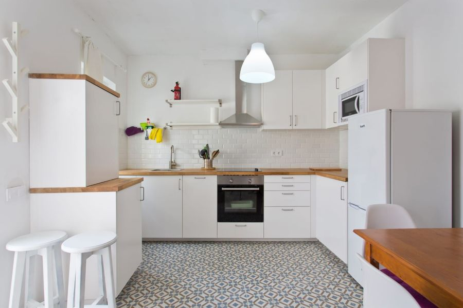 Cocina blanca con suelo vinílico
