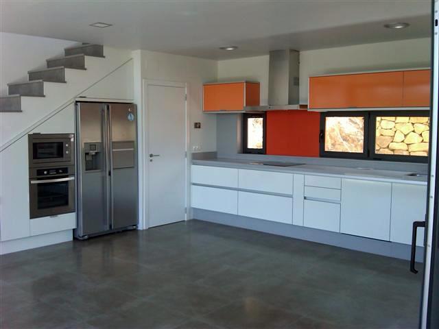 Foto cocina blanca con toques en colores y for Cocina de aprovechamiento