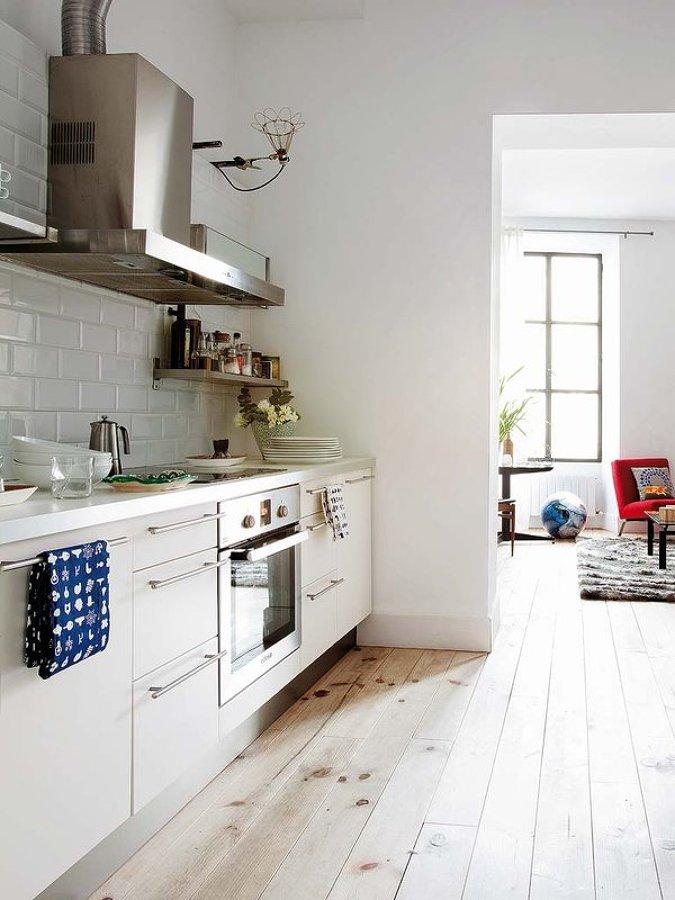 cocina blanca en pasillo