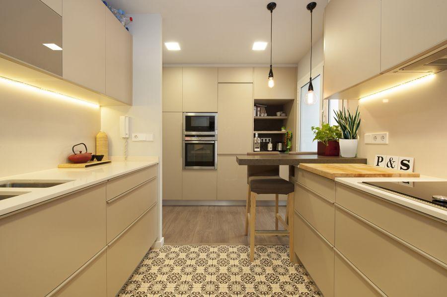 Cocina  blanca  moderna con muebles lisos, suelo hidraúlico y parqué