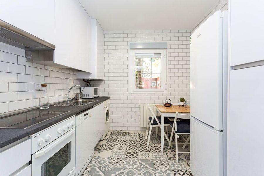 cocina blanca moderna pequeña