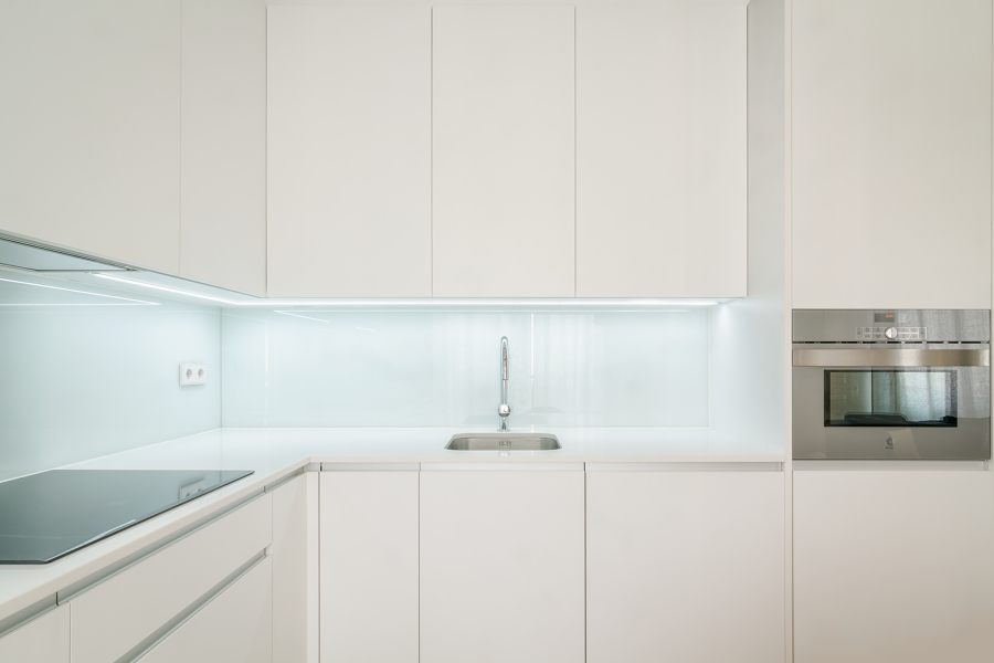 Foto cocina blanca peque a de miriam mart 1713875 for Cocinas blancas pequenas