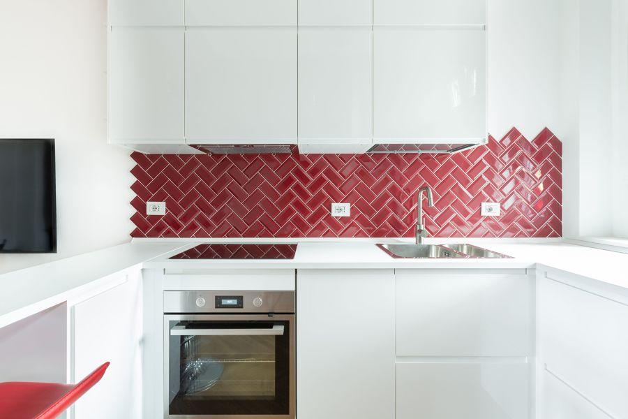 Cocina blanca y con azulejo en rojo