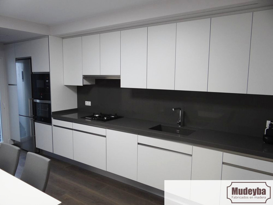 Equipamiento de cocina en blanco mate y silestone gris - Azulejos cocina blanco brillo ...