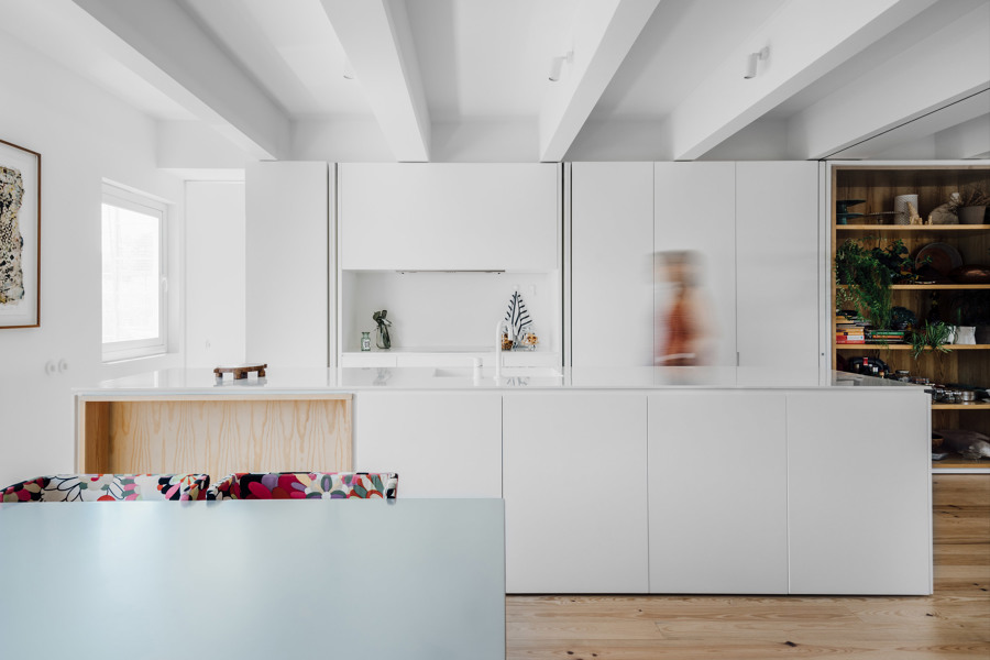 cocina blanco y madera de pino natural