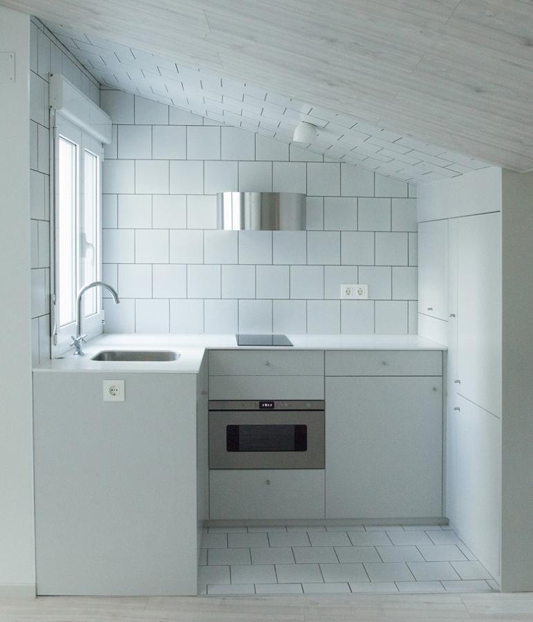 Foto cocina con alicatado blanco de lola mulledy 1474292 for Alicatado cocina