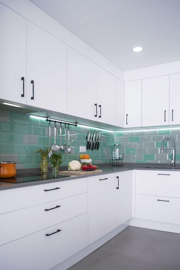 Cocina con azulejo bicolor