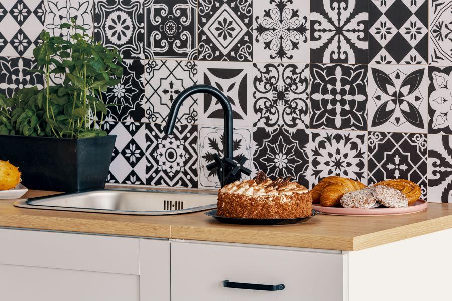 Cocina con azulejo con figuras geométricas