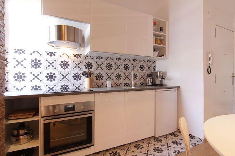 Cocina con azulejos inspiración hidráulicos  en paredes y suelo