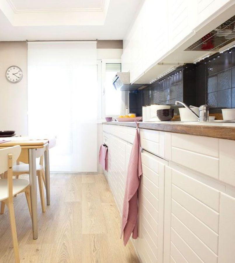 5 cocinas antes y despu s de pintar sus azulejos ideas decoradores - Cocinas con azulejos pintados ...