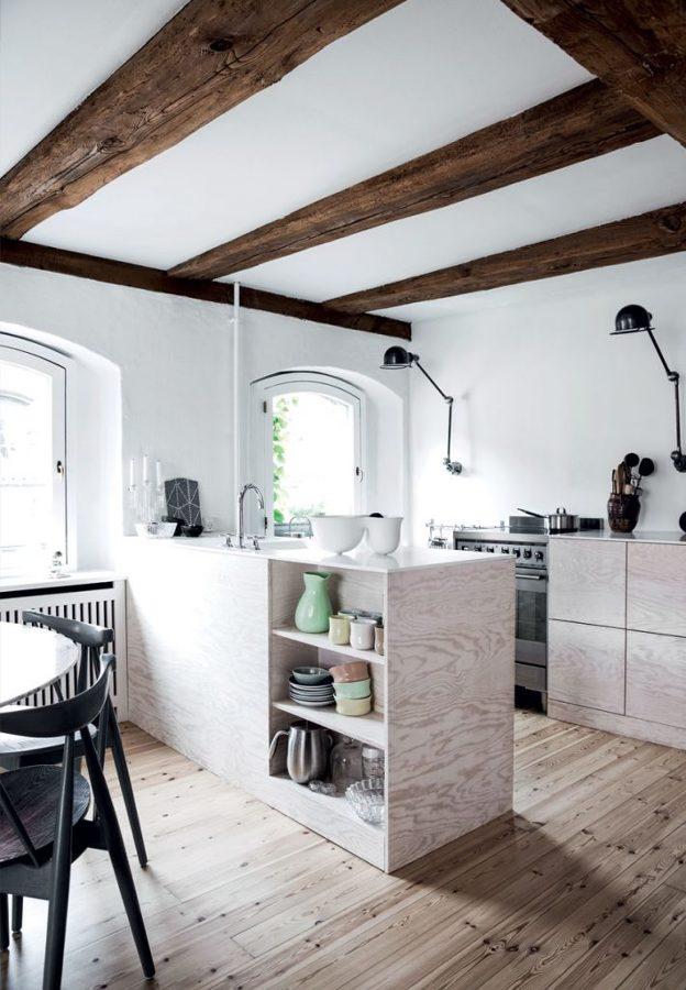 Foto cocina con barra de madera natural de miv interiores for Barras de madera para cocina