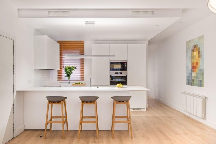 Cocina con  barra para separar espacios