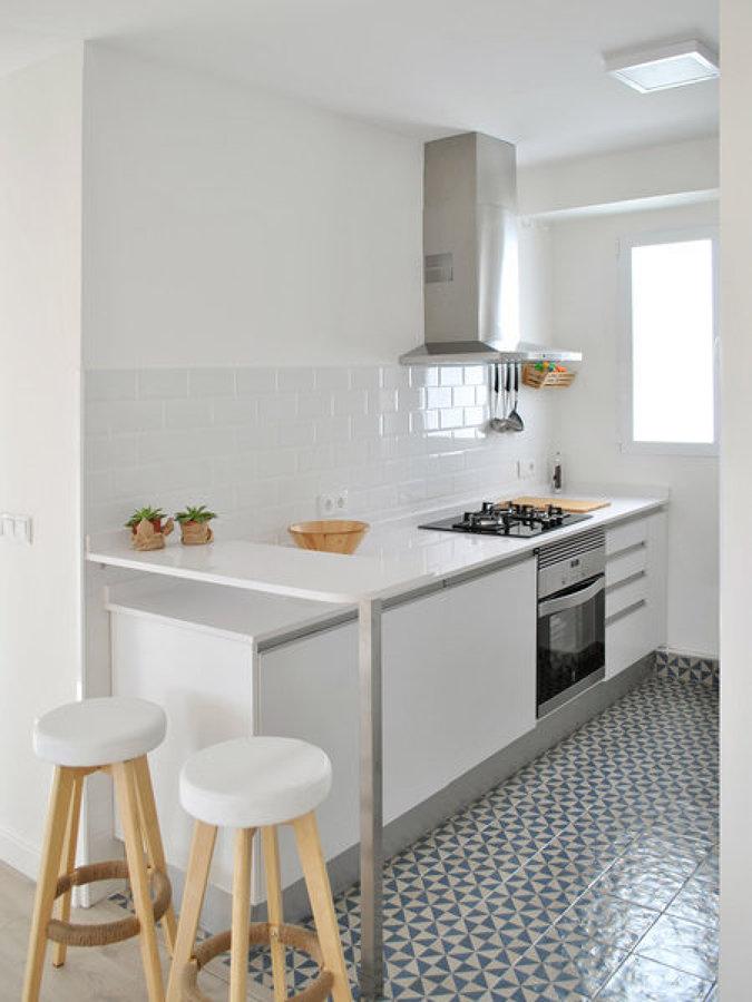 Foto cocina con barra y taburetes de miv interiores - Taburete barra cocina ...