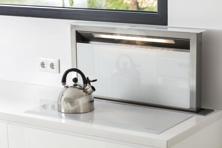 cocina con campana extractora oculta