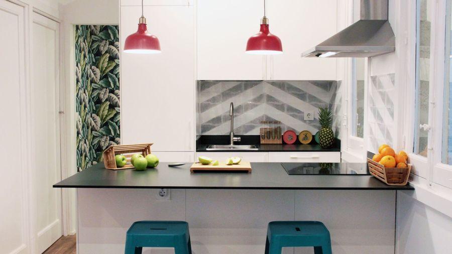 Cocina con detalles en color