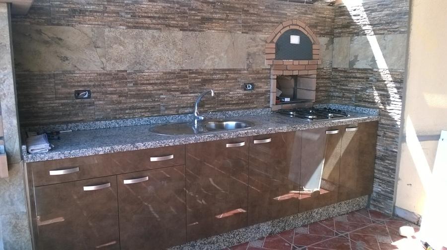 Foto cocina con encimera de granito y puertas modelo for Modelos de granitos para cocinas