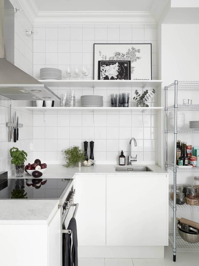 cocina con estantes blancos