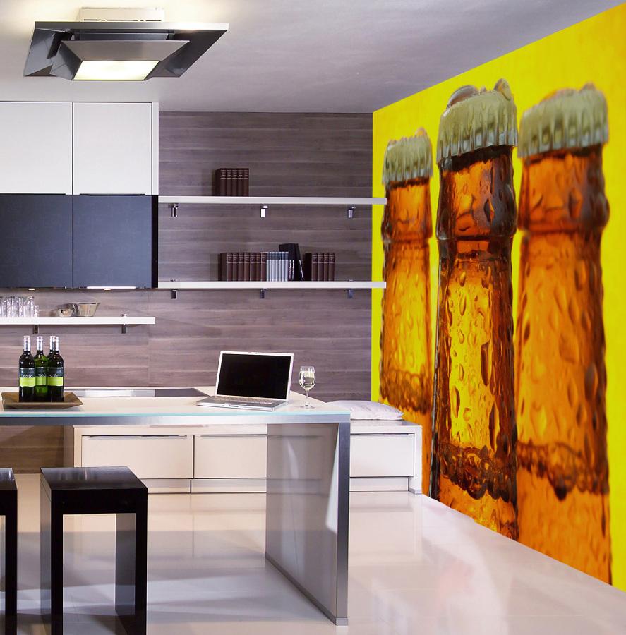 Foto cocina con fotomural de botellas de cerveza de marta for Fotomurales para cocinas