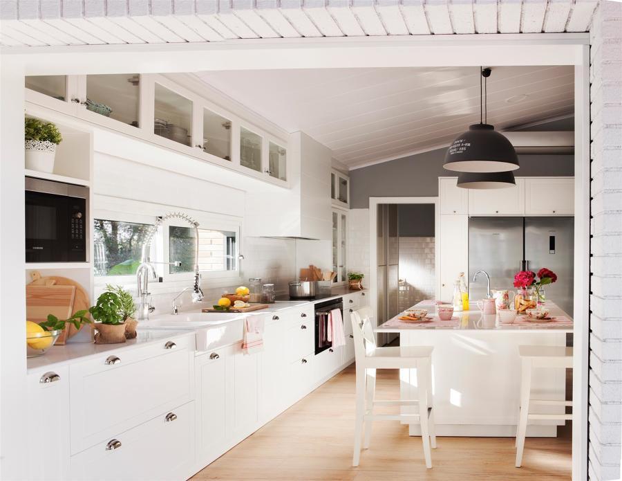 Cocina con frigorífico americano