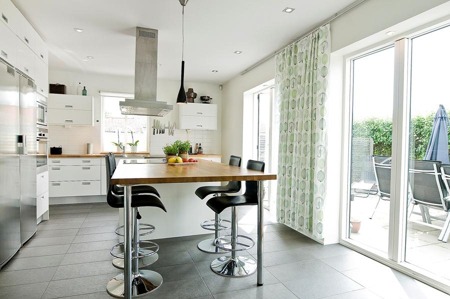 Foto cocina con gran isla y taburetes de marta 1024784 for Taburete escalera cocina
