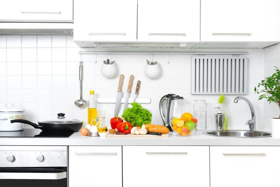 Cocina con ingredientes sobre la encimera