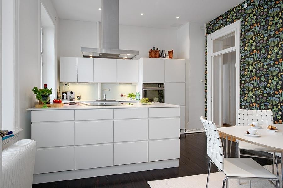 Foto cocina con isla con estampado de miriam mart for Cocinas cuadradas