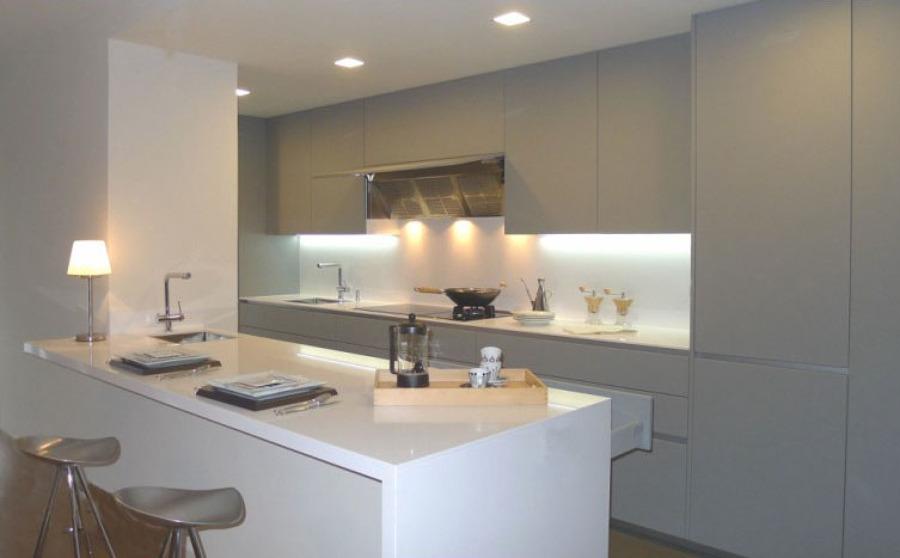Cocina con isla con interiorismo Total White