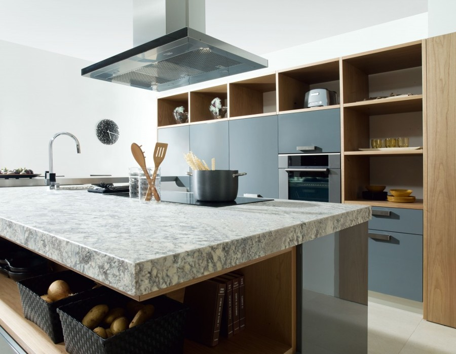 Cocina con isla de piedra