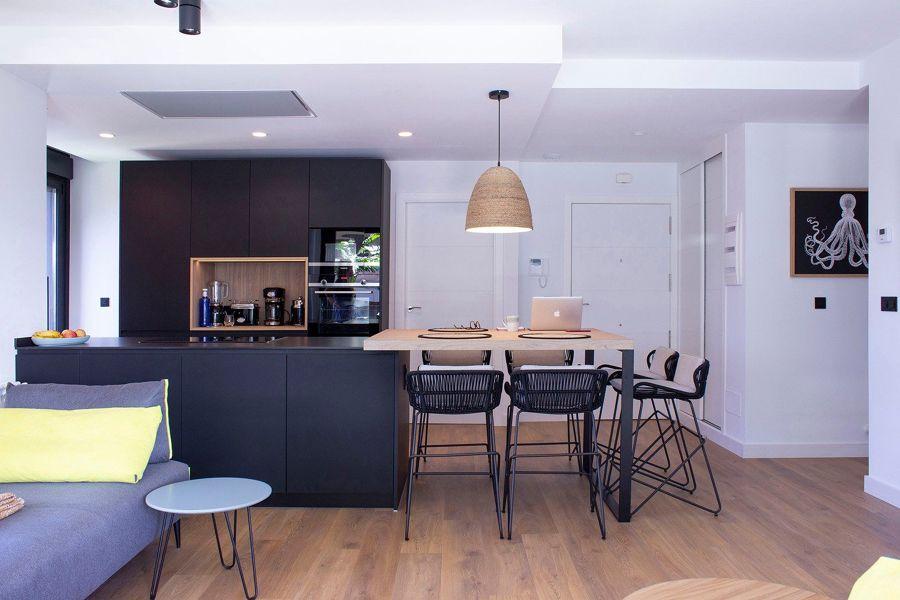 Cocina con isla en madera y negro