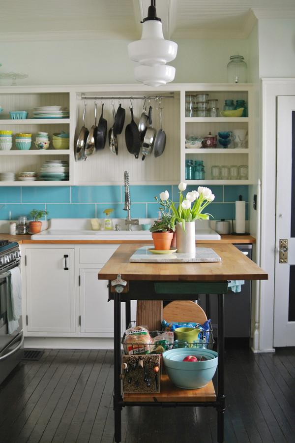Foto cocina con isla para trabajar y sartenes que cuelgan for Islas de cocina baratas