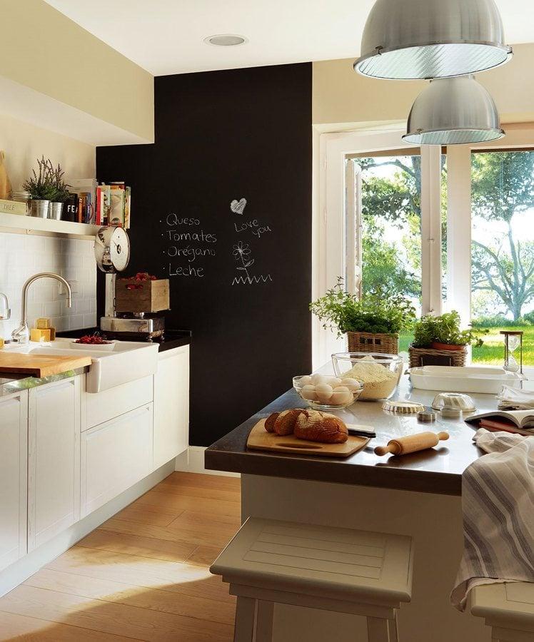 Foto cocina con isla y pared de pizarra de marta 916424 - Pizarra de cocina ...
