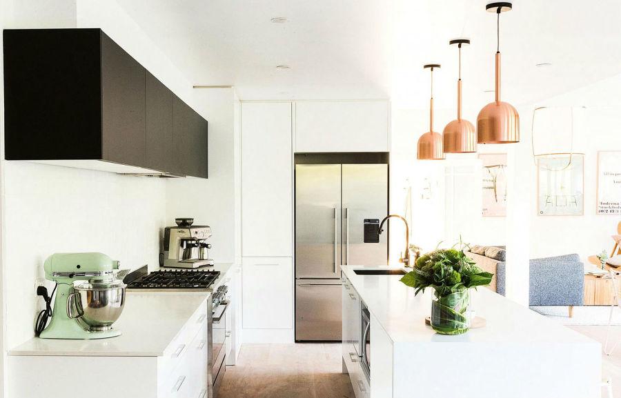 cocina con lámparas de cobre