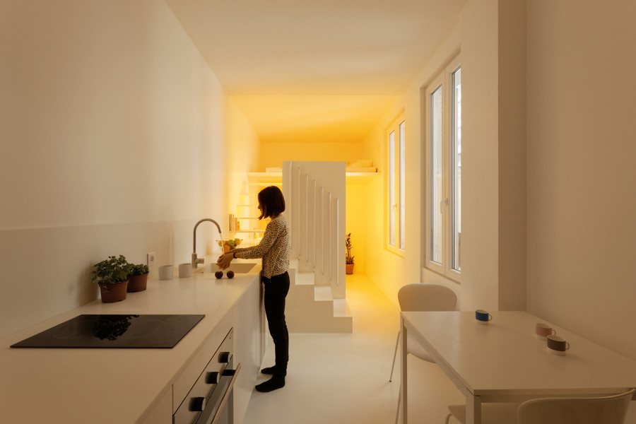 cocina con luz artificial