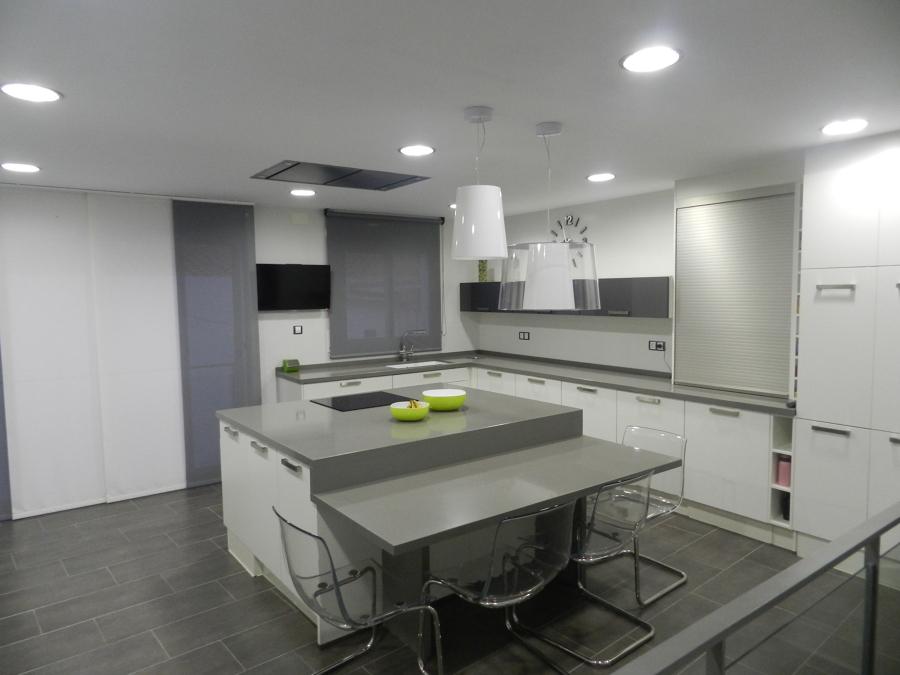 Foto cocina con mesa incorporada en isla de shaco mocuba for Mesa cocina tenerife