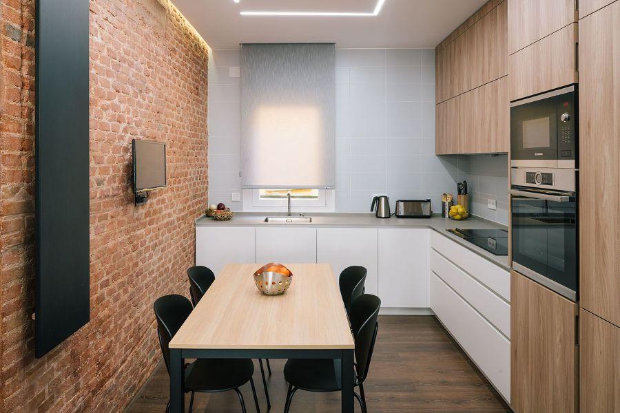 Cocina con mesa rectangular