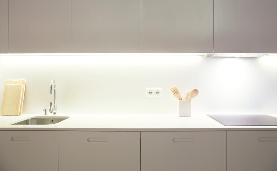 cocina con mobiliario blanco