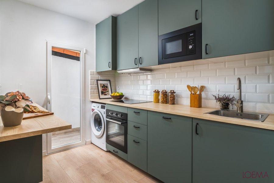 Cocina con mobiliario en verde