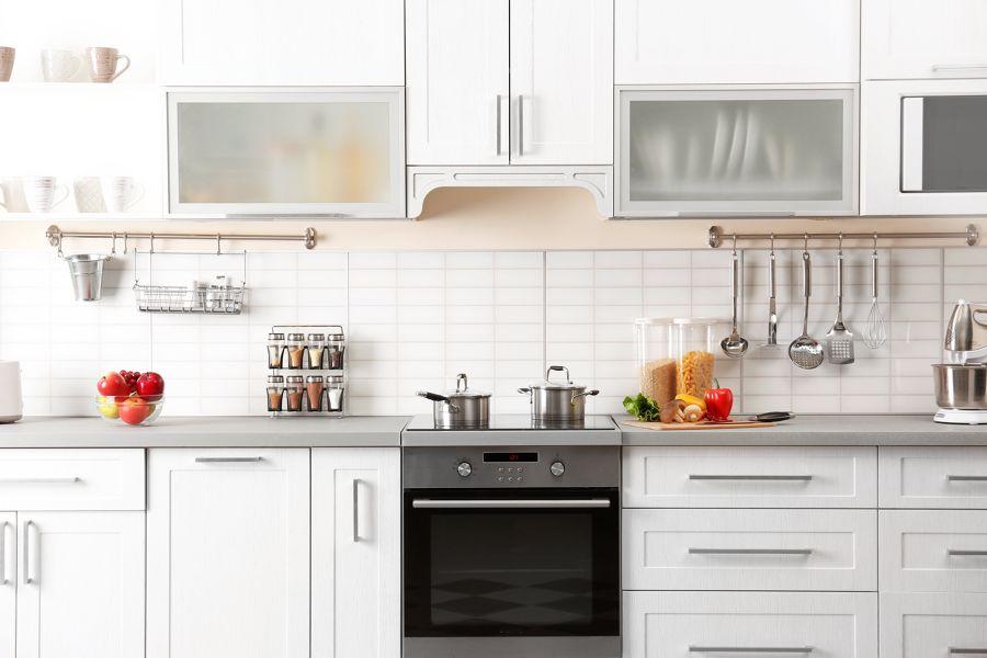 Cocina con mobiliario superior para almacnamiento