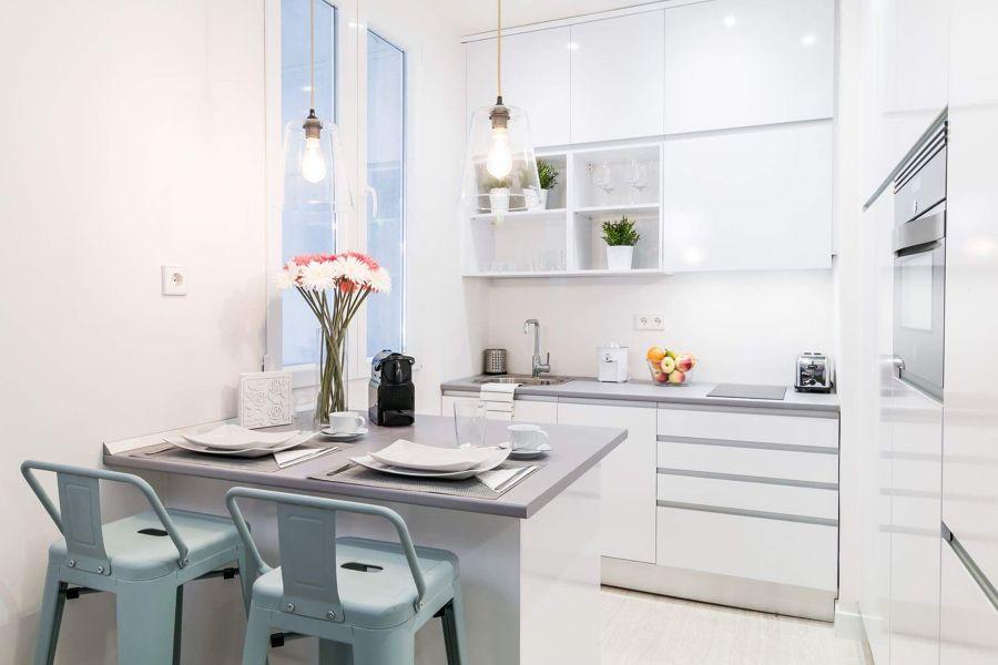 Cocina con muebles blancos laminados en brillo