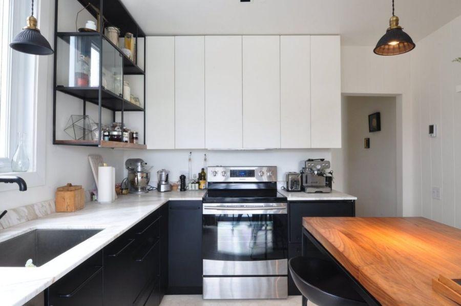 cocina con muebles blancos y negros