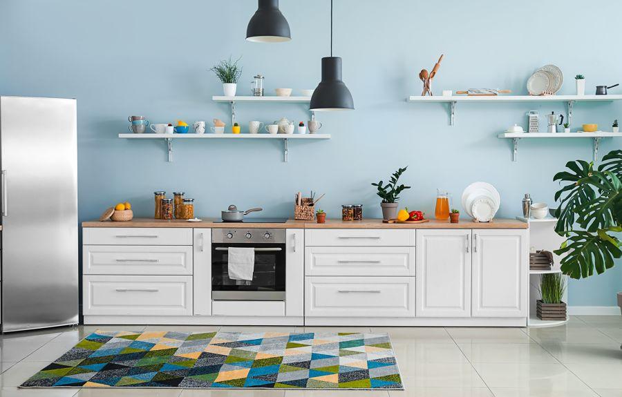Cocina con muebles blancos y pintura azul