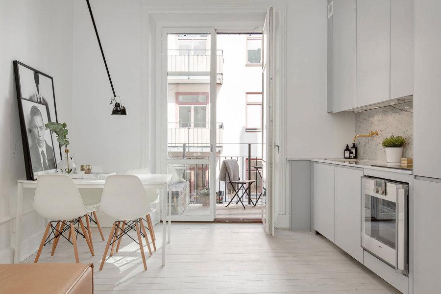 cocina con muebles claros