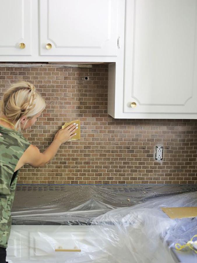 Cocina con muebles de madera y azulejos antiguos