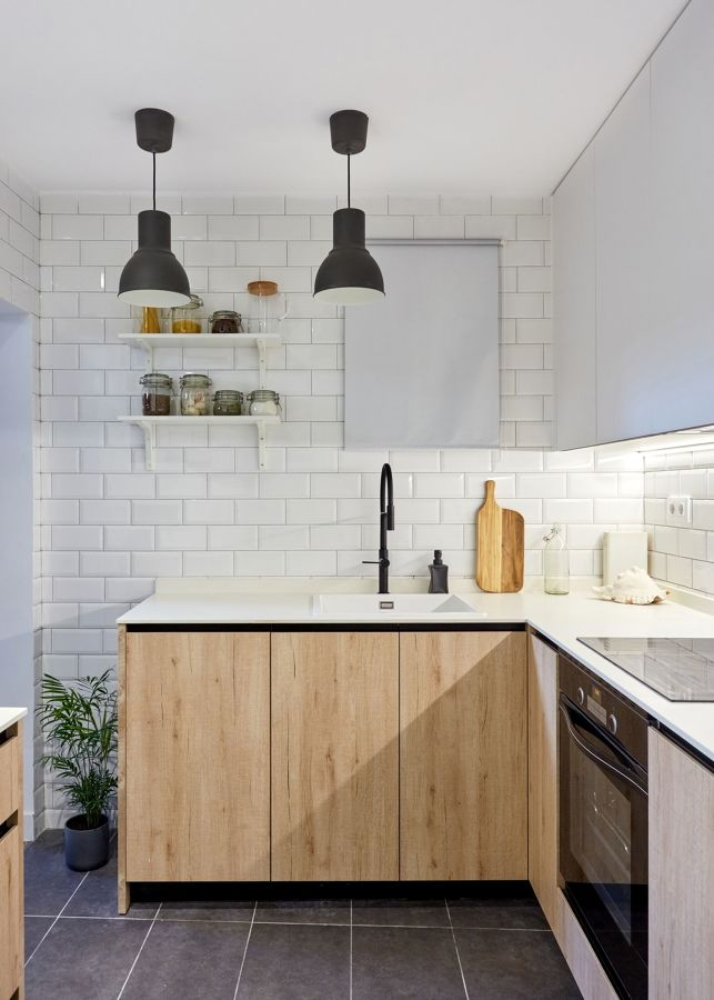 Cocina con muebles de madera y grifería negra
