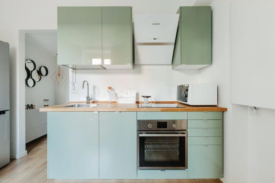 Cocina con muebles en verde agua