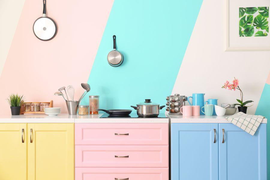 Cocina con muebles pintados en tonos pastel
