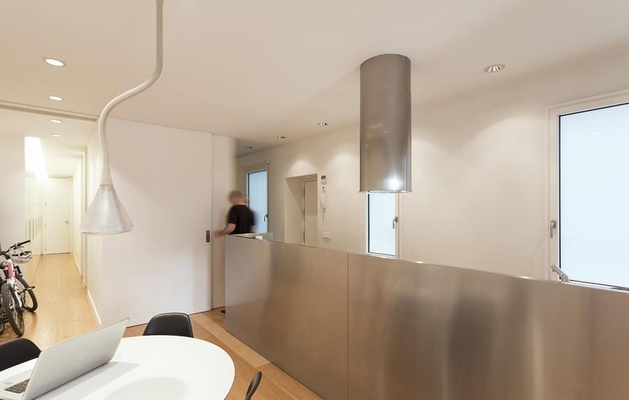 Cocina con muro revestido en acero inoxidable