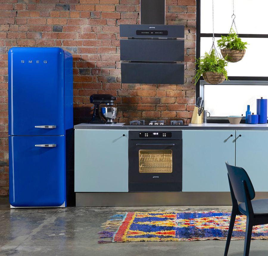 Cocina con nevera Smeg en azul